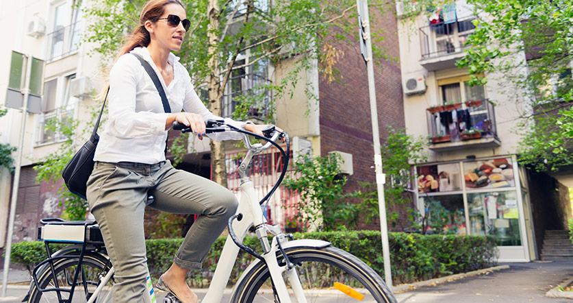 Varför är elcyklar tyngre än vanliga cyklar?